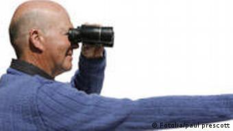 Fernglas Mann Lesen Brille Probleme beim Lesen