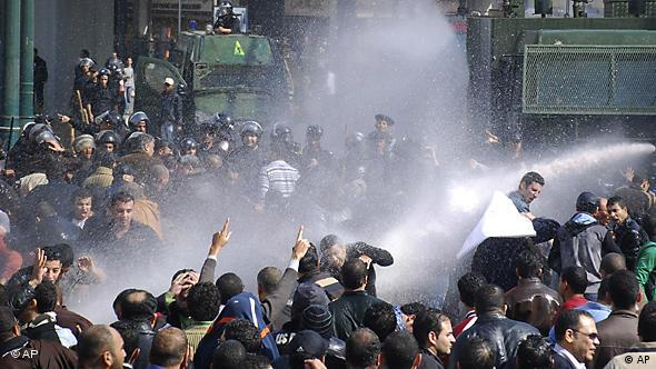 Ägypten Proteste in Kairo Demonstranten Wasserwerfer Flagge