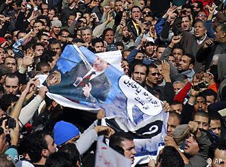Demonstranten mit einem Poster des verhassten Präsidenten Mubarak (Foto:AP)