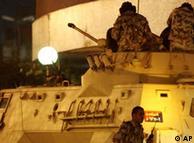 فرض حظر التجول وانتشار قوات الجيش أمام المؤسسات وفي المراكز الحساسة بالقاهرة