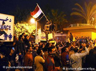 Demonstran berkumpul di depan musium di Kairo (28/01)