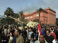 صحنهای از تظاهرات ضد دولتی امروز (شنبه ۲۹ ژانویه) مردم مصر درجلوی عمارت موزه  قاهره