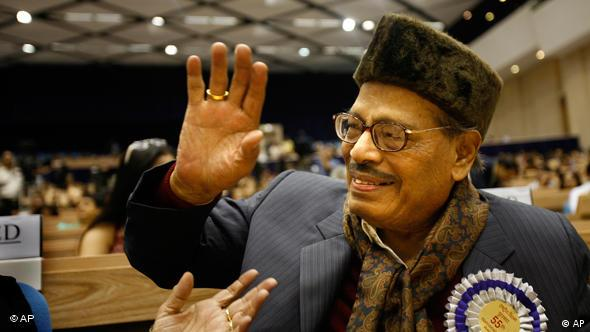 Renowned Bollywood playback singer Manna Dey, 90, acknowledges the crowd after receiving the Dadasaheb Phalke award for the year 2007, during the 55th National Film awards, in New Delhi, India, Wednesday, Oct. 21, 2009. The award is given by the Indian government annually for lifetime contribution to Indian cinema. (AP Photo/Manish Swarup)