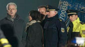 Bundesverkehrsminister Peter Ramsauer (CSU, M.) schaute sich die Unglücksstelle an (Foto: dapd)