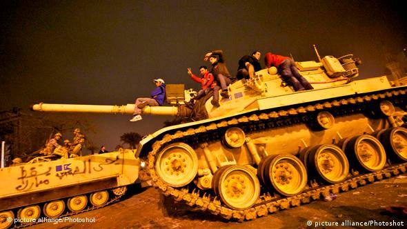 Flash-Galerie Ägypten Proteste - Protestanten auf einem Panzer