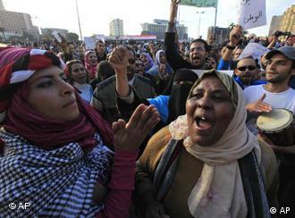 نساء في ميدان التحرير يهتفن بسقوط مبارك