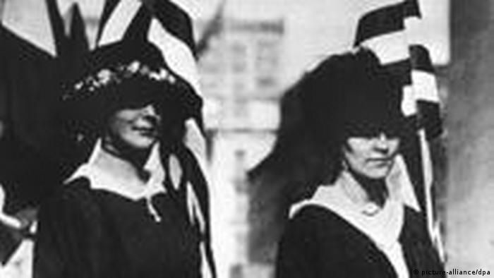 Fotoğrafta 1917 yılında ABD'li kadınlar, 1 milyon imzayla seçme ve seçilme hakkı için yürüyüş yaparken görülüyor. ABD'li kadınlar neredeyse yarım asırlık bir mücadelenin sonucunda 1920 yılında yasal olarak seçme ve seçilme haklarına kavuştular.
