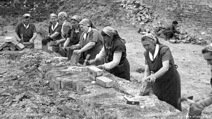 پس از پایان جنگ جهانى دوم و تقسیمبندی سیاسی جدید اروپا روند فعالیت سازمانهای زنان نیز در مسیرهای مختلفی رشد کرد. در آلمان شرقی روز زن تعطیل بود و جشن گرفته میشد. دولت هم برای نشان دادن تمايلش به بهبود وضع زنان آن را رسما گرامى میداشت. در آلمان غربى در ابتدا برنامهویژهای در ارتباط با روز زن برگزار نمىشد. بعدها اين روز به عنوان جشن عمومى زنان و روز خانواده به رسمیت شناخته شد.