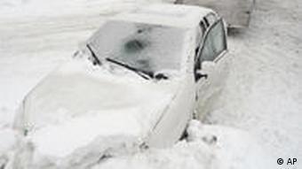 Eingeschneites Auto (Foto: AP)
