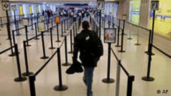 Abflughalle mit einem einzigen Fluggast (Foto: AP)