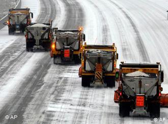Schneepflüge räumen eine Straße in St. Luois USA (Foto: AP)