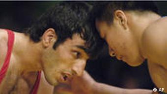 سامان طهماسبی (چپ) فرنگیکار ایرانی که برای تیم آذربایجان کشتی میگیرد