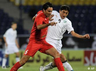 جواد نکونام از تیم ایران (چپ) و اودیل احمدف از ازبکستان در بازی دوستانهی دو تیم در سال ۲۰۰۹