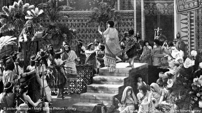 Szene aus Intolerance mit Massenszene mit Statisten und Frau auf der Treppe - römisches Reich (picture-alliance / Mary Evans Picture Library)