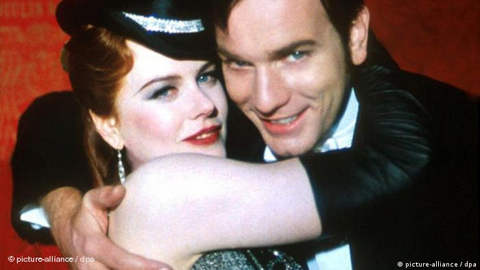 Nicole Kidman and Ewan McGregor embracing each other in the film Moulin Rouge (picture-alliance / dpa)