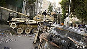 استقرار تانکهای ارتش مصر در ورودیهای میدان تحریر در قاهره
