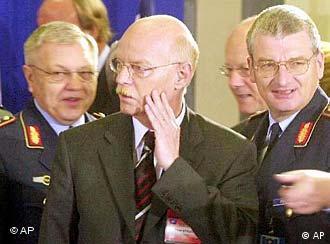 Ministro Struck (centro), ignorado pelo colega americano no encontro da OTAN, em Varsóvia
