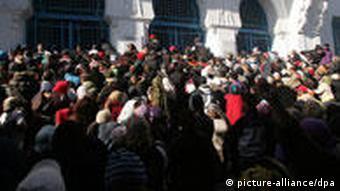 Gruppe von Demonstranten vor Sozialamt (Foto:dpa)