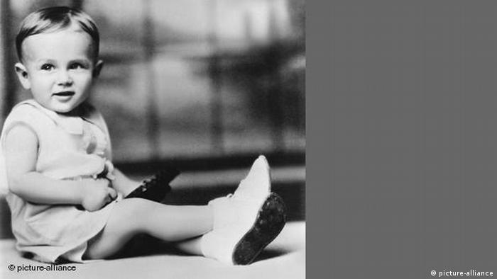 James Dean als zweijähriger Junge in einem weißen Kostümchen (picture-alliance)