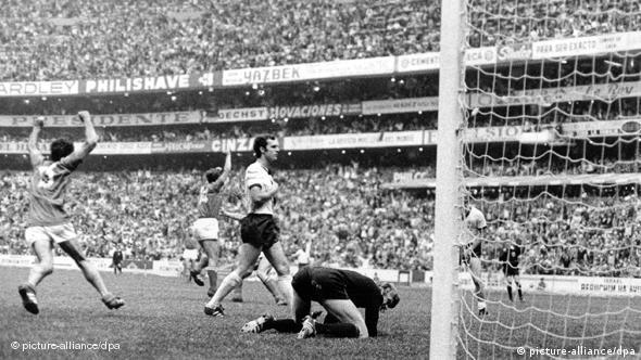 Talijanski napadač Gianni Rivera i Luigi Riva proslavljaju zgoditak Rivere u srazu protiv Zapadne Njemačke na SP-u 1970. Bio je to zgoditak za konačnih 4:3