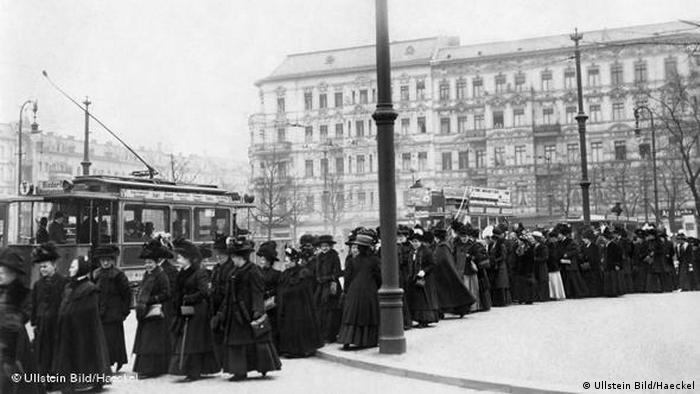 فرسودگی آلمان در جنگ اول جهانی و حوادث انقلابی سال ۱۹۱۸ سرنگونی رایش اول و قیصر آلمان را در پی داشت. نیروهای سوسیالدموکرات و چپ دولت جدید را تشکیل دادند. برای نخستین بار در۳۰ نوامبر ۱۹۱۸ زنان آلمان حق شرکت در انتخابات را یافتند. پس از پایان درگیریهای داخلی در نهایت جمهوری وایمار در ژانویه ۱۹۱۹ بنیان گذاشته شد. دولت طبق قانون موظف به حمایت از مادران و به رسمیت شناختن مرخصی ویژه بعد از زایمان شد.
