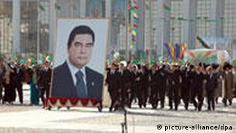 День независимости в Туркменистане. Впереди демонстрации - портрет президента