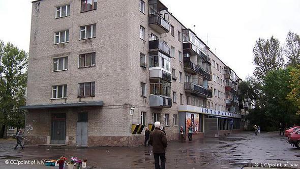 Ein Neubau-Wohnhaus, ohne Dämmung, mit alten Fenstern (Foto: cc/point of lviv)