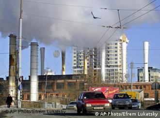 Heizkraftwerk in der Ukraine, viele Dampfwolken (Foto: AP)