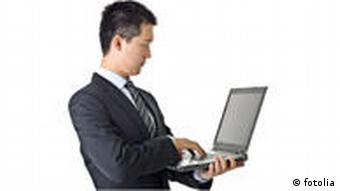 Businessman with laptop © Elwynn, Fotolia