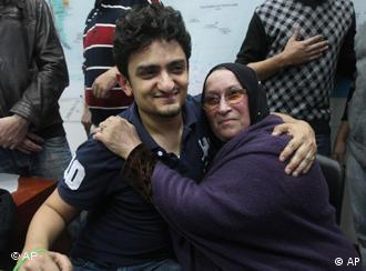 در میدان تحریر وائل غنیم دست راست خود را بالا برد، دستی که دستبند سبزی به یاد و همراهی با جنبش سبز اعتراضی مردم ایران بر مچ آن خودنمایی میکرد