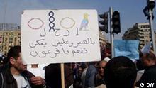 Plakat mit der Aufschrift: Auf hieroglyphisch, damit du es verstehst, Pharao, Foto: Mona Hefni/DW, 02.02.2011, Kairo, Ägypten