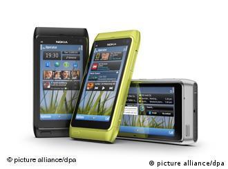 Das neue Nokia N8 Smartphones (undatiertes Handout). Nach dem Wechsel an der Unternehmensspitze nimmt jetzt ein neues Flaggschiff Fahrt auf. Im Praxistest kann das N8 allerdings nicht in allen Bereichen überzeugen. Im lukrativen Geschäft mit den Internet-Handys geben die Konkurrenten Apple und Google den Ton an, und Microsoft will es mit Windows Phone 7 jetzt auch noch einmal wissen. Die Finnen wollen mit dem N8 von der Spitze aus die Wende im Abwärtstrend erzwingen. Im Wettbewerb mit iPhone und Android wirkte das Nokia-System Symbian zuletzt ziemlich verstaubt. Das N8 ist jetzt das erste Smartphone mit einer neuen Version dieser mobilen Plattform. Foto: Nokia (ACHTUNG: Abdruck des Fotos nur in unveränderter Form) +++(c) dpa - Bildfunk+++
