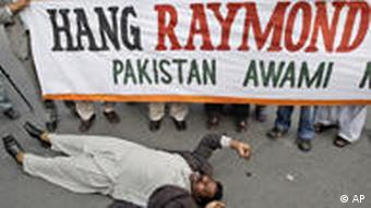 Pakistani demonstrators rally against Raymond Davis who claims he acted in self-defence