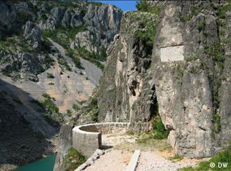 Spomenik ′Hasanaginici′ na imotskim stijenama  Kultura  DW.DE  12.02.2011