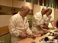 جاپانی باورچی سوشی تیار کرتے ہوئے
