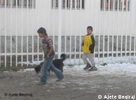 Fëmijë romë kosovarë duke luajtur në rrugë