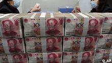 China Wirtschaft Inflation Mittagspause in Peking Geldscheine