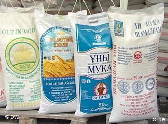 Mehlsäcke aus Kasachstan, die in Tadschikistan verkauft werden. (Foto: DW)