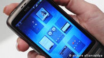 ARCHIV - Das neue HTC Desire Smartphone ist am 01.03.2010 auf dem CeBIT-Stand von Vodafone auf dem Messegelände in Hannover zu sehen. Das Handy ist mit dem Android 2.1 Betriebssytem ausgerüstet sowie einem 1GHz Snapdragon-Prozessor sowie einem hochauflösenden 3,7 Zoll WVGA AMOLED-Display. Google rollt den Mobilfunkmarkt mit seinem Betriebssystem Android immer schneller auf. Neuer Meilenstein: Nokia ist laut Marktforschern nicht mehr der weltgrößte Smartphone-Anbieter. Foto: Peter Steffen dpa +++(c) dpa - Bildfunk+++