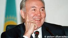 Der alte und neue kasachische Präsident Nursultan Nasarbajew äußert sich am 11.1.1999 bei einer Pressekonferenz in der Hauptstadt Astana zum Wahlausgang. Bei der umstrittenen Präsidentenwahl in Kasachstan ist Amtsinhaber Nasarbajew (58) am 10.1. für weitere sieben Jahre klar im Amt bestätigt worden. Die Organisation für Sicherheit und Zusammenarbeit in Europa (OSZE) kritisierte am 11.1., der Wahlprozeß habe eine Reihe von demokratischen Standards nicht erfüllt. Nasarbajew, der die mittelasiatische Republik autoritär regiert, erhielt nach vorläufigen Angaben der Wahlkommission 81,71 Prozent der Stimmen. Nasarbajew nannte die Wahlen in seiner ersten Reaktion «einen ernsthaften Schritt in Richtung Demokratisierung». Die Wahlbeteiligung betrug rund 82 Prozent.