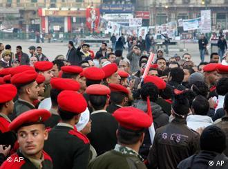 قوات من الجيش خلال محاولتها اخلاء ميدان التحرير
