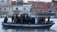 Dossierbild Italien Lampedusa Flüchtlinge Nordafrika Boot Bild 2