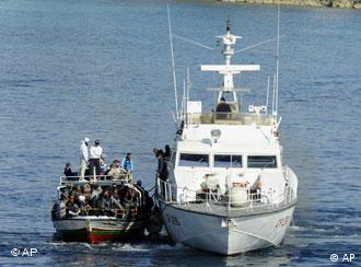 Guarda costeira italiana resgata migrantes em Lampedusa