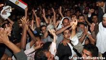 epa02577743 Yemenis hold a flag of Egypt as they celebrate after Egyptian Preisdent Hosni Mubarak stepped down, outside the Egyptian embassy in the capital Sana'a, Yemen, late 11 February 2011. Egyptian president Mubarak stepped down as leader after 18 days of widespread anti-government demonstrations. The country is now is the hands of the high command of the armed forces, headed by the defence minister. EPA/YAHYA ARHAB +++(c) dpa - Bildfunk+++