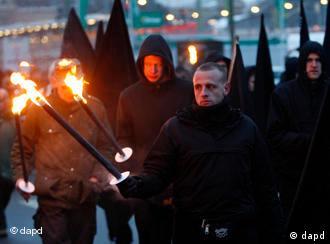 Neonazis marschieren mit Fackeln und schwarzen Fahnen durch Dresden. (Foto:Petr David Josek / AP /dapd)