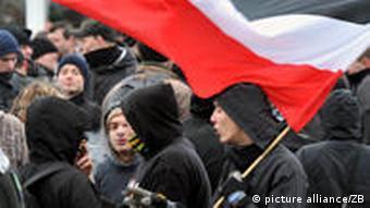 Neonazis mit Fahne (Foto: picture alliance/ZB)