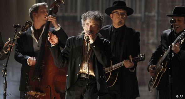 Bob Dylan, center, performs at the 53rd annual Grammy Awards on Sunday, Feb. 13, 2011, in Los Angeles. (AP Photo/Matt Sayles) (Freies Bildformat)