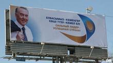 Billboard in Almaty, Präsident Kasachstans Nursultan Nasarbajew mit dem Slogan Starker Präsident - erfolgreiches Land. Foto: DW-Korrespondent Anatoliy Weiskopf. Aufgenommen am 13. Februar 2011 in Almaty, Kasachstan