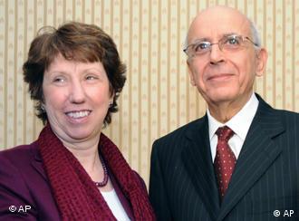 Catherine Ashton neben Tunesiens Ministerpräsident Mohamed Ghannuchi (Foto: ap)