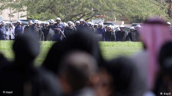 Polizisten und Demonstranten in Bahrain (Foto: AP)